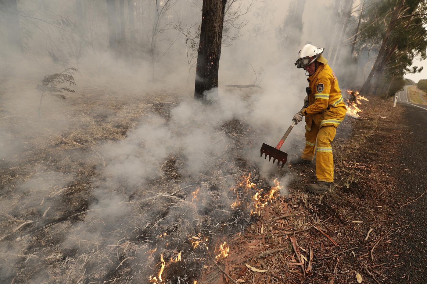 Harvey, bambino col ciuccio decorato per il papà pompiere morto in Australia
