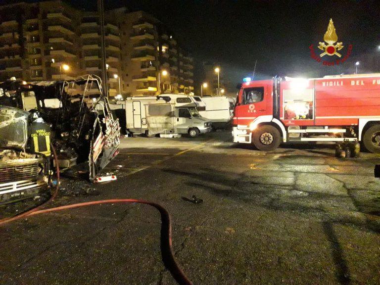I camper distrutti dall'incendio che si è sviluppato all'interno di un parcheggio a piazzale 12 Ottobre, in zona Garbatella, a Roma.