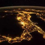 """Coronavirus, l'Italia si """"spegne"""" e il consumo di energia elettrica precipita: domenica 22 marzo il picco più basso degli ultimi 20 anni [DATI e GRAFICI]"""