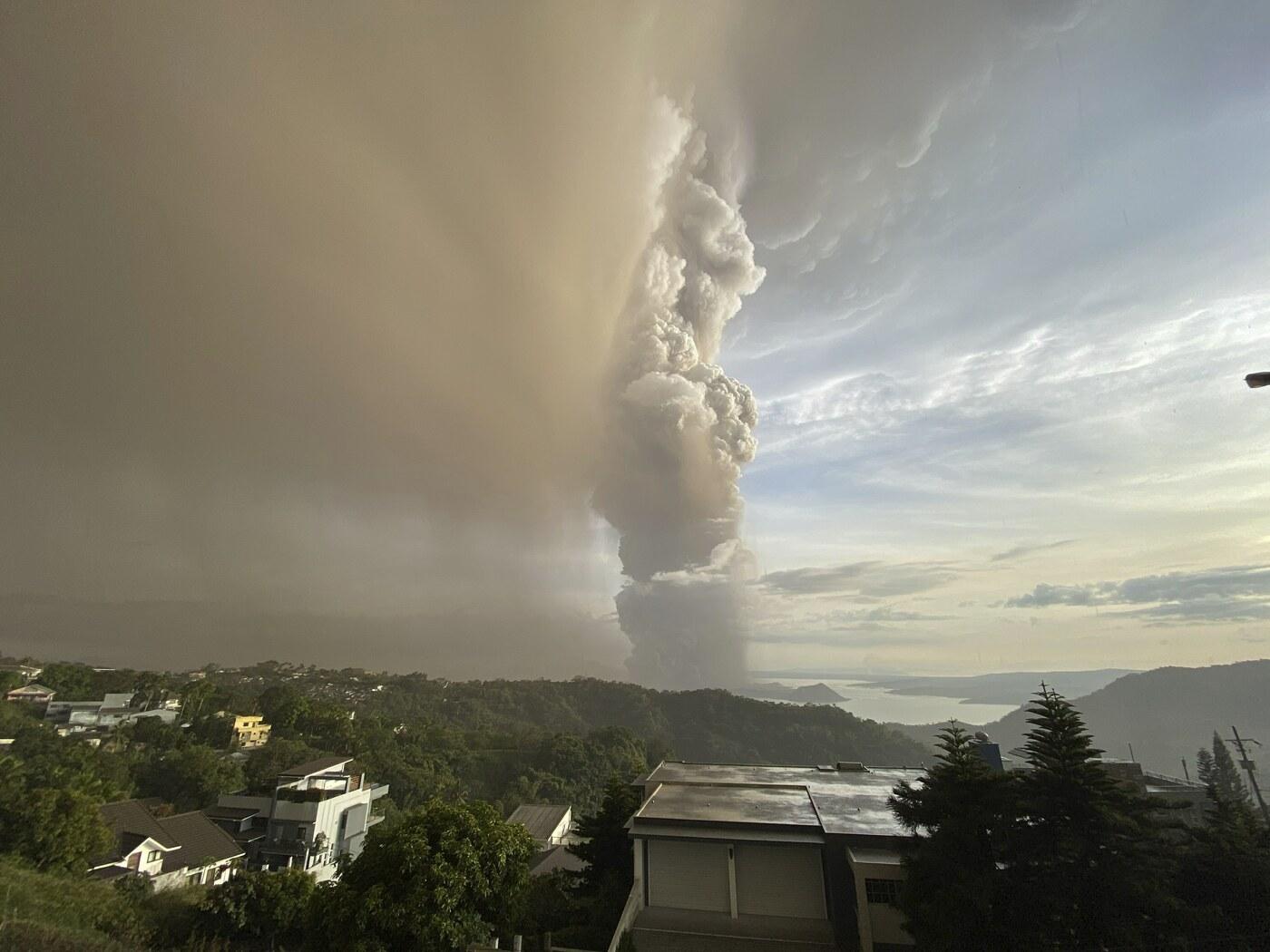 Il vulcano Taal fa paura avviata evacuazione vicino Manila