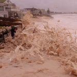 Maltempo Australia, a Collaroy le onde divorano fino a 25 metri di spiaggia e lasciano un'apocalisse di schiuma marina [FOTO e VIDEO]