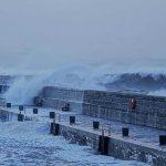 Tempesta Dennis da record: 920hPa, vento fino a 180km/h e oltre un mese di pioggia in 48 ore nel Regno Unito [FOTO e VIDEO]