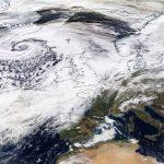 Tempesta Dennis, uno dei cicloni più violenti della storia: la pressione è crollata  a 920hPa, ripercussioni in tutt'Europa [MAPPE]