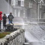 La tempesta Dennis si abbatte sul Regno Unito: 2 morti, centinaia di voli cancellati. Allerta per venti a 150km/h e inondazioni [FOTO]