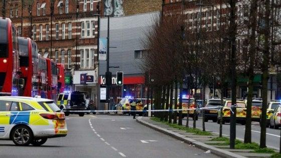 Attentato terroristico a Londra: ucciso l'aggressore, feriti dei passanti