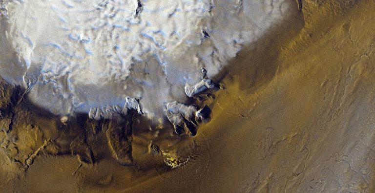 Immagine COSMO-SkyMed Second Generation, acquisita il 5 Febbraio 2020 alle ore 06:43:46 UTC sulla propaggine meridionale del ghiacciaio Hofsjökull in Islanda. La ripresa è stata fatta nella modalità Stripmap Dual Pol, a 3 metri di risoluzione. L'immagine radar permette di apprezzare meglio di un dato satellitare ottico la complessità della superficie del ghiacciaio, amplificata dalla combinazione delle due polarizzazioni utilizzate. Stesso discorso per il terreno al di fuori del ghiacciaio, di cui si può apprezzare in maniera molto chiara la morfologia, anche se in realtà alla data di acquisizione dell'immagine il territorio era completamente coperto da neve.  COSMO-SkyMed Second Generation © ASI. Processed and distributed by e-GEOS