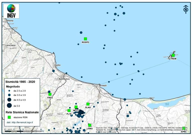Sismicità dal 1985 ad oggi in blu e Stazioni sismiche della Rete Sismica Nazionale in verde