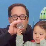 """Coronavirus, uomo finisce la quarantena: """"Sto bene"""", ma non riesce a smettere di tossire e beve dalla bottiglia della figlia [FOTO e VIDEO]"""