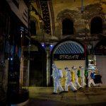 Coronavirus, squadre in azione per disinfettare il Grand Bazaar di Istanbul nella notte [FOTO]
