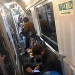 Treno carico di persone fuggite da Milano bloccato oltre un'ora nel casertano: arriverà a Napoli, folla di parenti ad attendere i viaggiatori [FOTO]