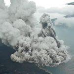 L'eruzione del vulcano Anak Krakatau ha congelato l'atmosfera: ha generato dieci milioni di tonnellate di ghiaccio e 100.000 fulmini [FOTO]