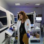 Cos'è, quanto costa e come funziona il tampone per il Coronavirus: tutte le FOTO dal laboratorio dell'Ospedale Niguarda di Milano [GALLERY]