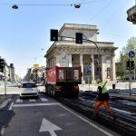 Il Coronavirus ferma Milano ma riprendono i lavori nella città deserta: gli operai rifanno le strade e sistemano i lampioni [FOTO]