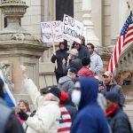 """Coronavirus, rivolta negli USA contro il lockdown: i negazionisti del distanziamento sociale chiedono """"la libertà di uscire"""" [FOTO]"""