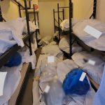 Coronavirus, nell'obitorio non c'è più spazio: corpi ammassati in stanze vuote e adagiati su letti e sedie nell'ospedale di Detroit [FOTO]