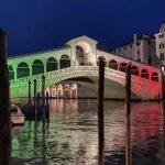Coronavirus, a Venezia il Ponte di Rialto si illumina con il tricolore: un simbolo di speranza e vicinanza agli operatori sanitari [FOTO]