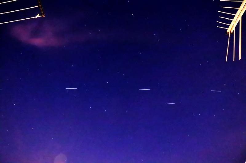 Decine di luci in fila nel cielo notturno: sono satelliti