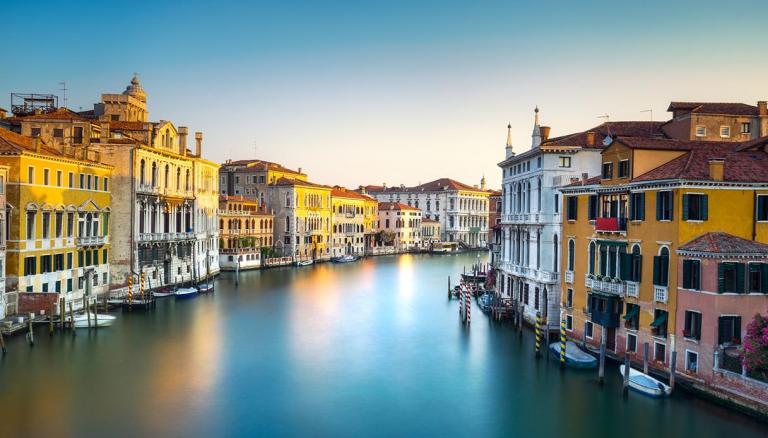 Venezia. Senza imbarcazioni e turisti, i canali sono limpidi e luminosi