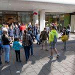 Coronavirus, anche l'Austria riparte: tolte tutte le limitazioni, negozi presi d'assalto al confine con l'Italia [FOTO]