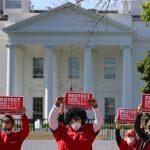 Coronavirus, zoccoli delle infermiere morte davanti alla Casa Bianca: il toccante omaggio alle vittime in corsia nella protesta contro la carenza di dispositivi di protezione [FOTO]