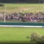 Coronavirus, partita di calcio clandestina: 1000 giovani riuniti, l'invasione di campo è un enorme assembramento a Losanna [FOTO e VIDEO]