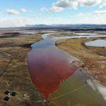 Russia, disastro ambientale in Siberia: 20mila tonnellate di gasolio finiscono in un fiume, le acque si tingono di rosso [FOTO]