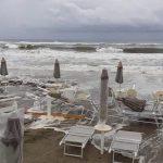 Maltempo, mareggiata in provincia di Latina: danni a strade e stabilimenti [FOTO e VIDEO]