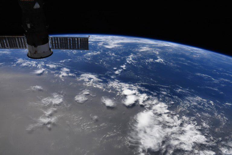 Il pennacchio di polvere visto dalla Stazione Spaziale Internazionale. Credit: Doug Hurley