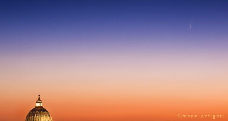 La cometa NEOWISE (C/2020 F3) nell'alba della città eterna, sopra San Pietro. Foto: Simone Arrigoni, 7 luglio 2020, Roma