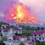 Inferno di fuoco nel Peloponneso: vasto incendio a Corinto, oltre 250 pompieri e decine di mezzi non riescono a contenere le fiamme [FOTO]