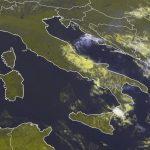 Maltempo, violentissimo temporale autorigenerante nello Stretto di Messina: pioggia alluvionale a Reggio Calabria