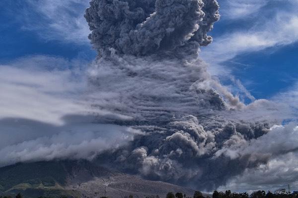 sinabung indonesia vulcano