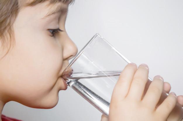 bambino bere acqua scuola