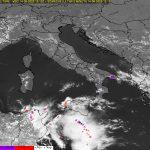"""Maltempo, enorme """"MCS"""" temporalesco tra Malta e Sicilia: temporali violentissimi, tempeste di pioggia e fulmini [LIVE]"""