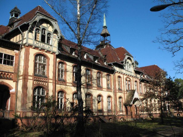 Beelitz-Heilstätten: Pavillon B II der Lungenheilstätte für Frauen (#4, 1902 erbaut; von SW)