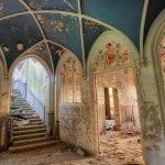 Un mondo sospeso, un castello fiabesco lasciato all'abbandono: il triste destino del maestoso castello Miranda in Belgio [FOTO]