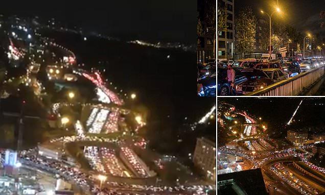 Coronavirus, Parigi paralizzata dal traffico: l'esodo prima del nuovo lockdown