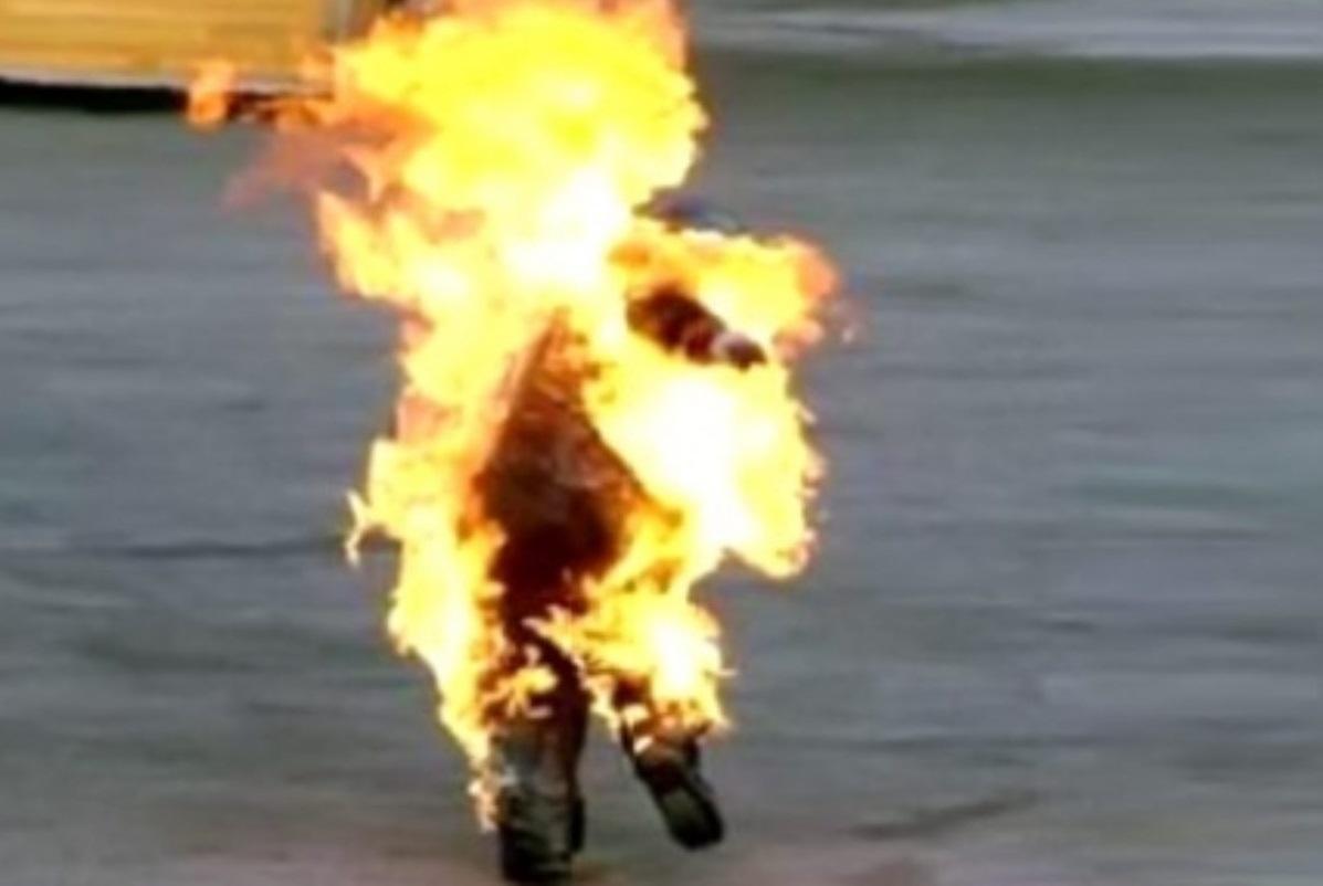 Russia, delirio in strada: uomo si dà fuoco inneggiando Putin