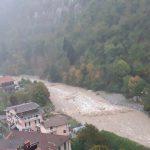 Maltempo Piemonte, a Limone 370mm di pioggia: crolla strada in Val Roya, il Tanaro fa paura [FOTO e VIDEO]