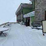 Meteo, freddo e neve sulle Alpi: le immagini dello Stelvio imbiancato a 11 giorni dal passaggio del Giro d'Italia [GALLERY]