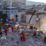 Terremoto Mar Egeo, grave bilancio tra Turchia e Grecia: si continua a scavare tra le macerie a Smirne e Izmir [FOTO e VIDEO]