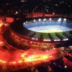 """Maradona, Napoli omaggia il suo campione: in migliaia fuori dallo stadio e a Piazza Plebiscito, cori e fumogeni per celebrare """"El Pibe de Oro"""" [FOTO e VIDEO]"""