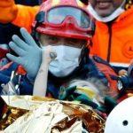 Terremoto Turchia, la piccola Elif estratta viva dalle macerie: le commoventi immagini [FOTO e VIDEO]