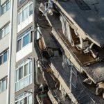 Si aggrava il bilancio delle vittime del terremoto nel Mar Egeo: 85 morti, 2 bimbe miracolosamente estratte viva dalle macerie [FOTO e VIDEO]