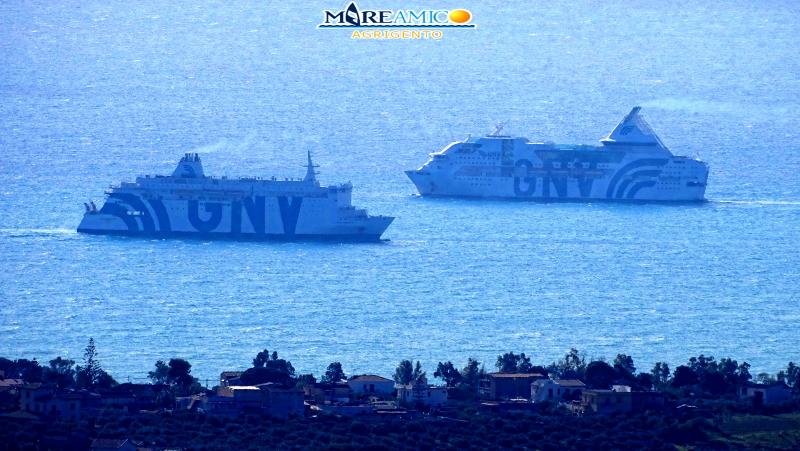 GNV in rada di fronte alle coste di Agrigento