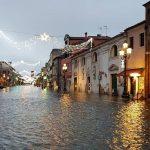 """Maltempo, disastro acqua alta a Venezia e Chioggia: le foto di un pomeriggio da incubo. Mose non attivato per previsioni meteo sbagliate, """"così San Marco non regge più"""""""