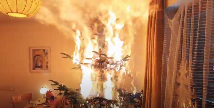 albero di natale in fiamme vigili del fuoco