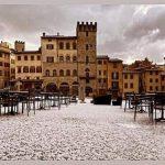 Una grandinata fiabesca imbianca il Natale ad Arezzo: un fenomeno insolito in questa stagione [FOTO]