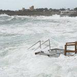 Maltempo, temporali e forti venti in Puglia: scirocco a 100km/h, mareggiate e alberi abbattuti nel Tarantino [FOTO]