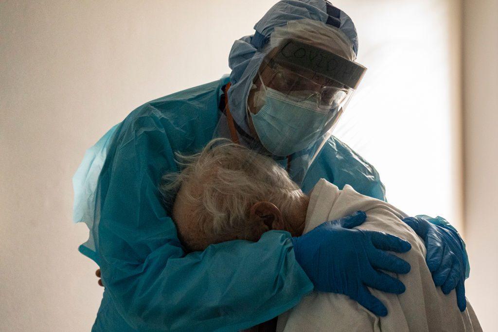 medico abbraccia paziente che piange